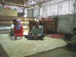 Samili (55), beserta keluarganya tinggal di bekas kandang ayam.