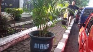 Pejalan Kaki Berebut Trotoar dengan Puluhan Pot Bunga di Jalan Patriot