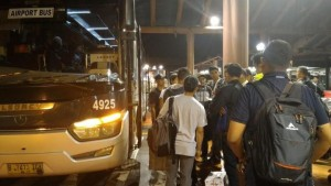 Ratusan Penumpang di Bandara Cengkareng ini Akhirnya Pilih Damri untuk ke Surabaya