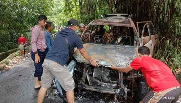 mobil tahu bulat meledak dan terbakar