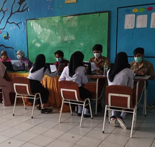 vaksinasi covid di sekolah SMPN Tenjolaya